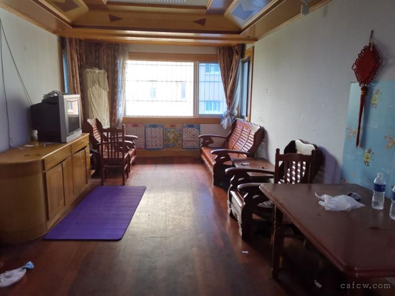 湖苑二区,2室2厅1卫,82平,3楼,清爽装修,车库16平,满2年,130万