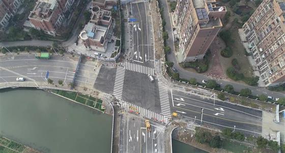 老街附近居民看过来,城铁片区这个路口恢复通行啦